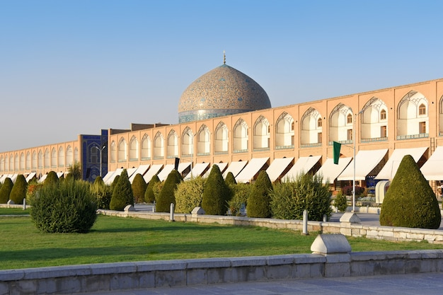 イスファハンのナクシュエジャハン広場にあるグランドバザールとシェイクロットフォラモスクの眺め。