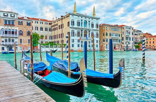 2개의 정박된 곤돌라가 있는 베니스의 대운하, 이탈리아
