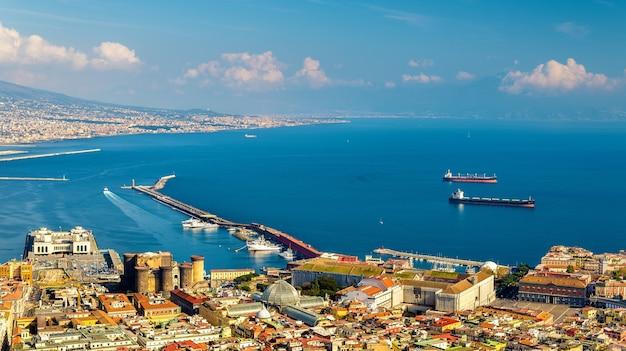 Вид на неаполитанский залив из замка сант-эльмо - италия