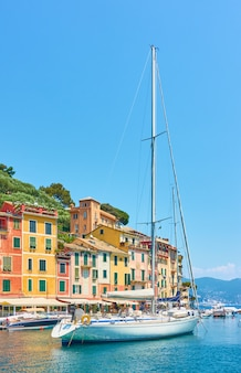 Вид на гавань портофино с парусной лодки. портофино, лигурия, италия