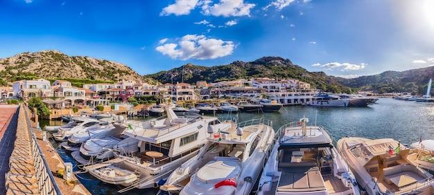 Вид на гавань с роскошными яхтами полту куату, сардиния, италия. т