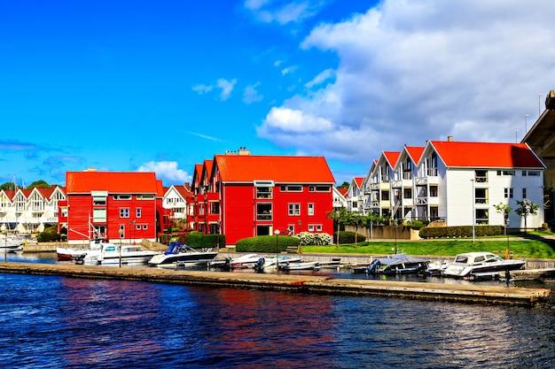 Вид на гавань с яхтами и портовые дома