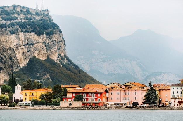 Вид на гавань и город торболе у озера гарда в италии. итальянский город торболе на озере гарда.