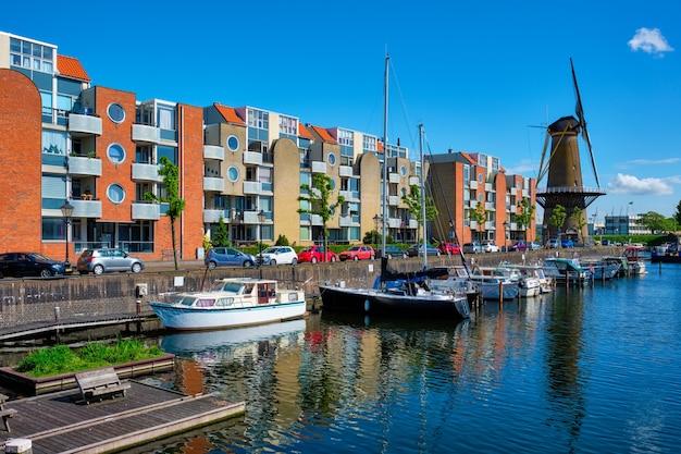 デルフスハーヴェンの港と古い製粉所dedestilleerketelロッテルダムオランダの眺め