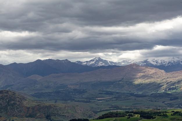 뉴질랜드 남섬의 언덕과 산의 전망