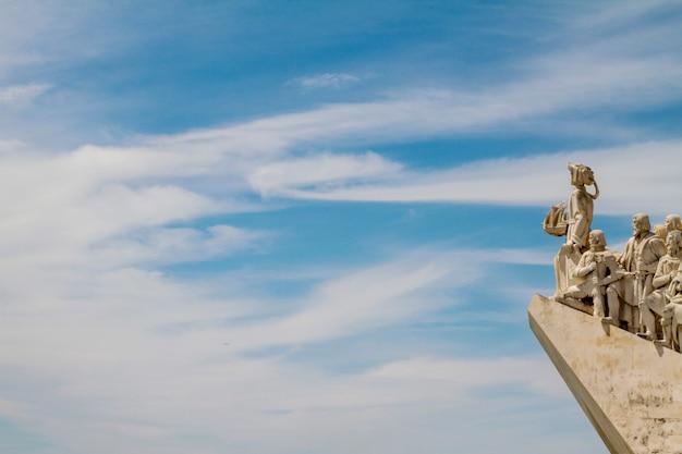 ポルトガル、リスボンにある発見の歴史的記念碑の眺め。