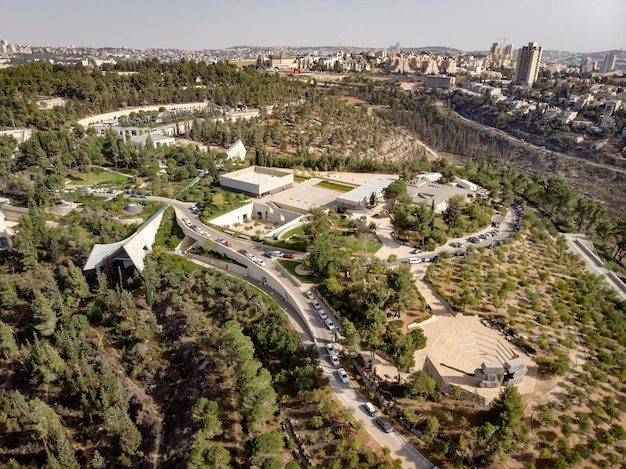 Вид на мемориальный музей холокоста в иерусалиме. вид квадрокоптера. яд вашем на склоне холма на окраине иерусалима.