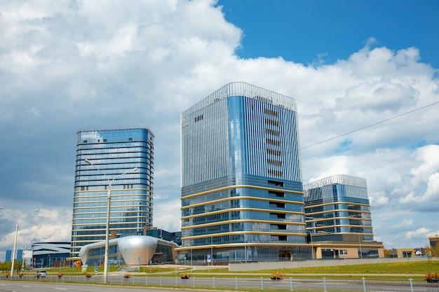 민스크 벨로루시에있는 호텔 및 비즈니스 단지의 전망. 하늘과 구름이 창문에 반사됩니다.
