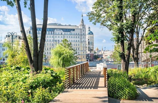 晴れた夏の朝にザリャディエ公園からモスクワのホテルbaltschugのビュー