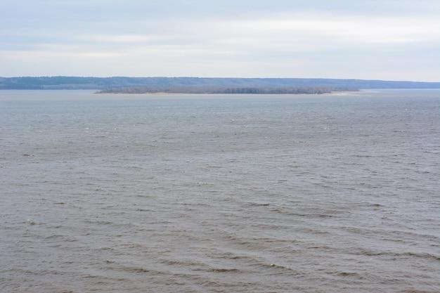 高山からの巨大なヴォルガ川の眺め。ヨーロッパ最大の川。どんよりした雨の日。