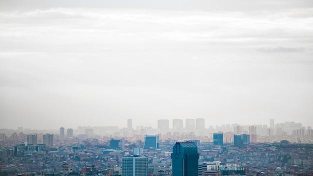 曇りの天気、複数の低層と高層ビル、霧、トルコでのイスタンブールの眺め