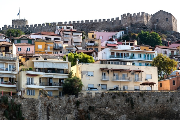 ギリシャ、丘の上のカバラ砦の眺め