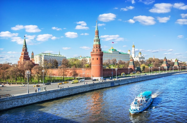 夏の晴れた日のモスクワのモスクワ川のクレムリンとボートの眺め