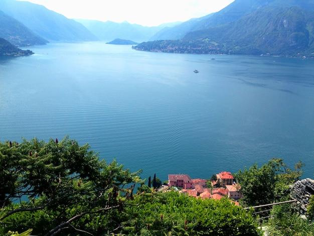 Вид на озеро в летний день