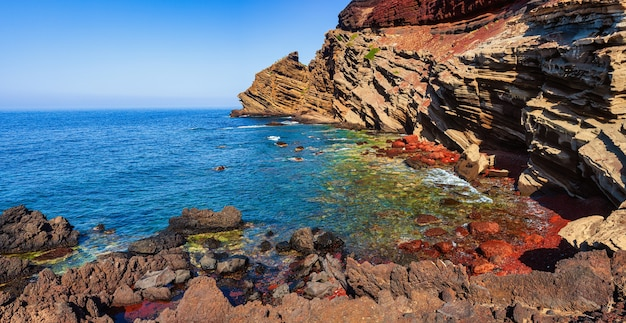 Вид на лавовый пляж линозы calcarella, сицилия. италия