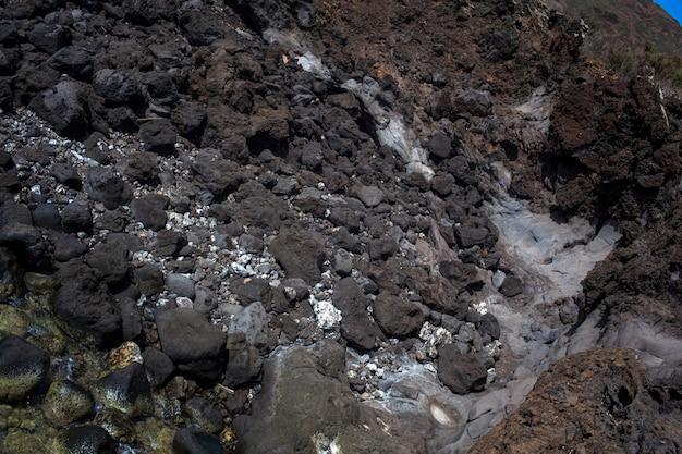 Вид на скалу лавы на побережье линозы, сицилия. италия