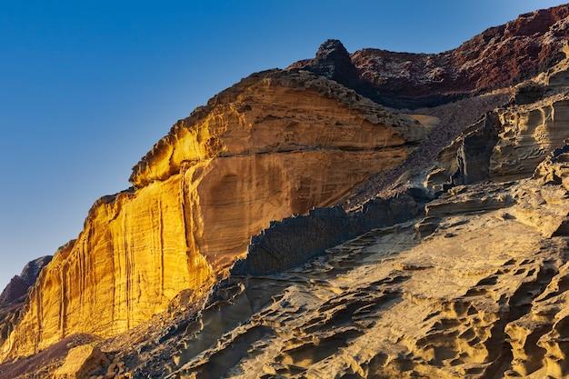 Вид на вулкан линоза под названием монте-неро на пляже кала-поццолана-ди-поненте, сицилия