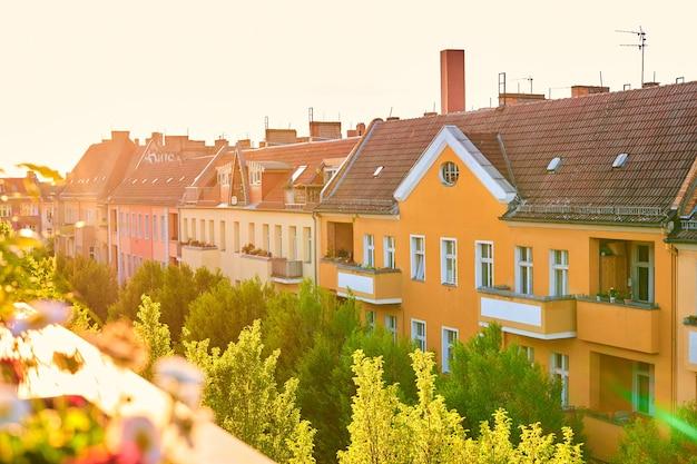 유럽 도시의 오래된 집들의 낮은 옥상 전망