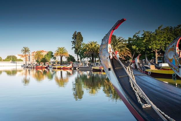 Вид на главный канал риа-де-авейру в португалии с традиционных лодок moliceiros.