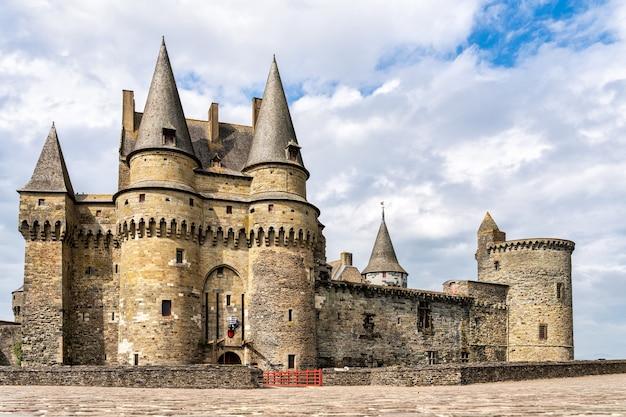 Вид на главный фасад замка-крепости в витре, франция.