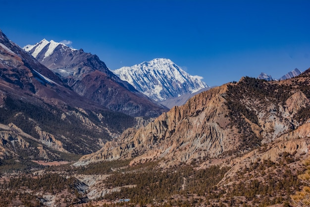 Вид на величественные осенние горы непала с похода вокруг аннапурны