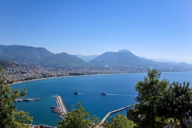 Вид на средиземное море из древней крепости алании. индюк. анталия