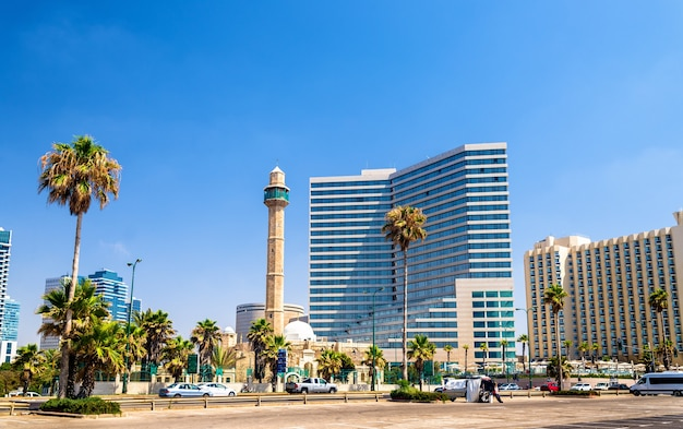 Вид на средиземноморскую набережную тель-авива - израиль