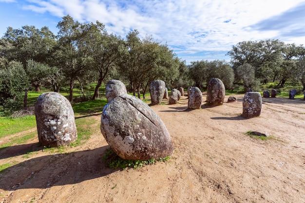 ポルトガル、アレンテージョ地方の巨石複合体アルメンドレスのクロムレックエヴォラの眺め