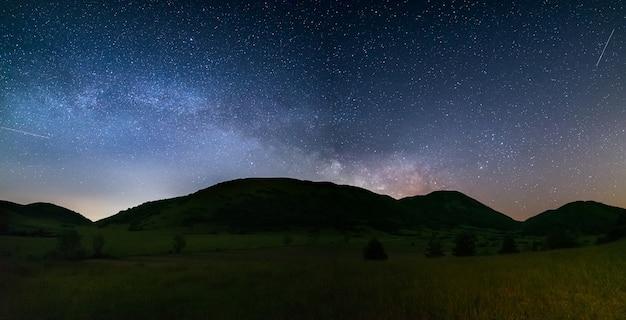 空の風景の中の天の川と星の眺め