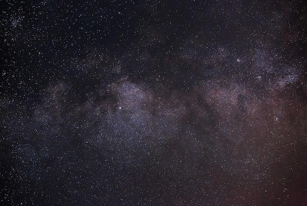 明るい星と夜空の天の川銀河の眺め
