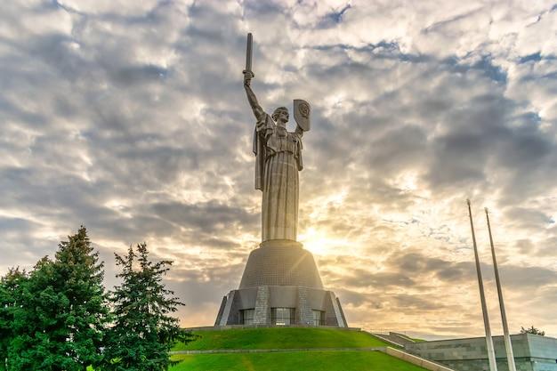 Вид на памятник родина в киеве, украина во время заката.