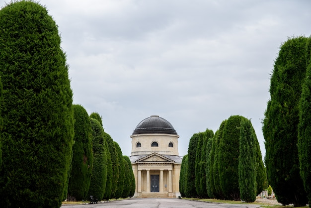 Вид на монументальное кладбище в вероне в пасмурный зимний день.