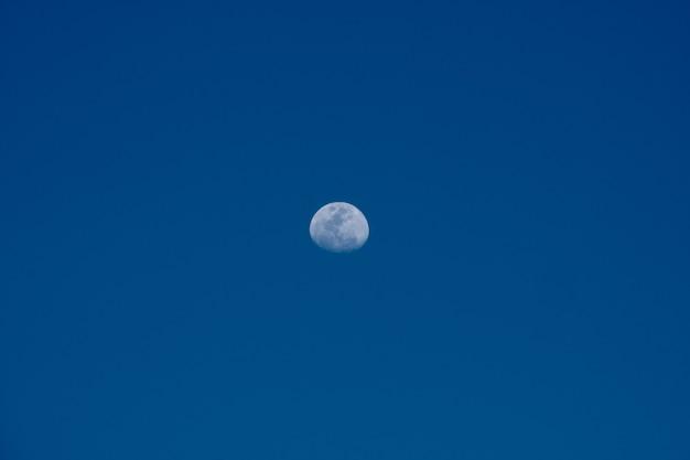 Вид на луну днем.
