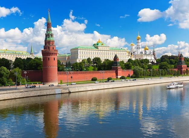 夏の日のモスクワクレムリンの眺め Premium写真