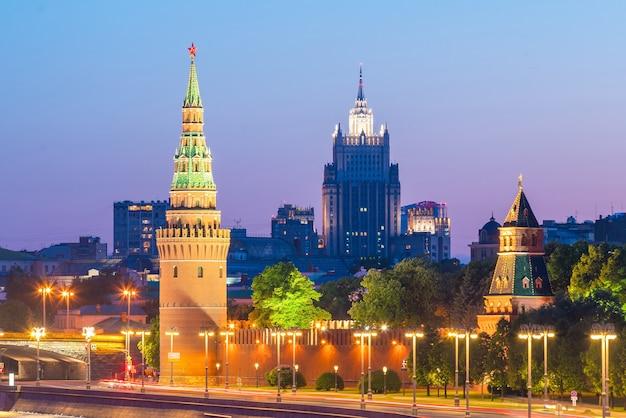 Вид на дворец московского кремля в россии на закате
