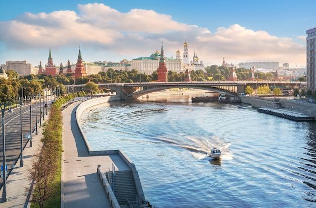 Вид на москву-реку и московский кремль с патриаршего моста в лучах утреннего солнца