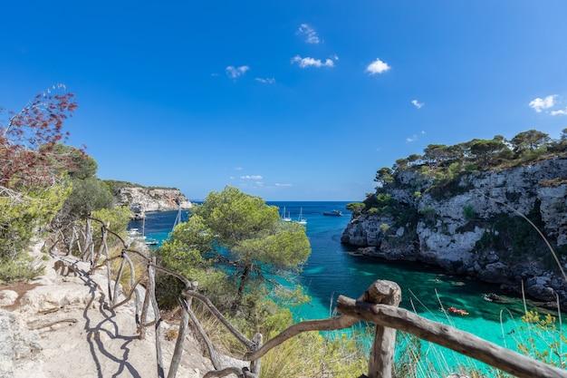 Вид на самую красивую бухту кала макарелла с чистой изумрудной водой острова менорка, балеарские острова, испания