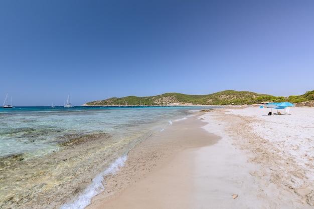 Вид на самый красивый пляж с прекрасным белым песком на ибице, испания