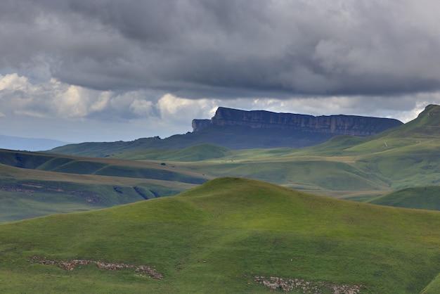 ロシアの北コーカサスの夏の雲の中の山の高原の眺め。