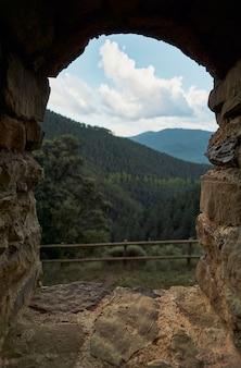 自然の窓からの山々と森の眺め。旅行とアクティブなライフスタイルのコンセプト