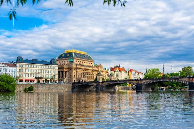 ヴルタヴァ川からプラハの国立劇場ビルを眺める。ヨーロッパの建築。