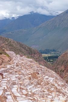 Вид на природные соляные бассейны в лас-салинерас-де-марас в священной долине куско. перу