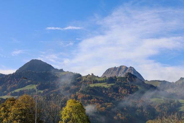 自然風景山とスイスの秋の自然公園の眺め