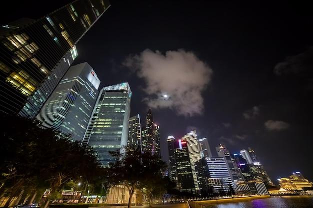 Вид на освещенные небоскребы ночного мегаполиса
