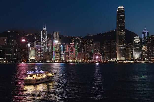 Вид на ночной современный город. гонконг от гавани виктория.