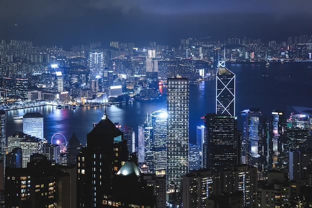 Вид на ночной современный город. гонконг с холма пика виктория.
