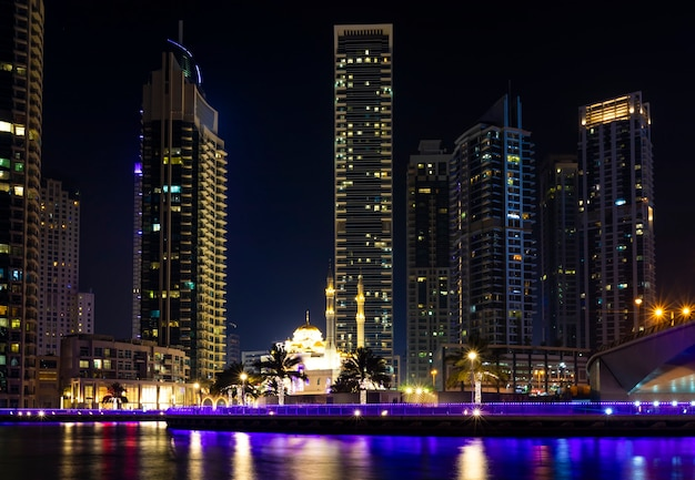 Вид на ночные небоскребы высоких отелей на берегу моря