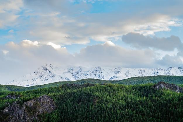 チュイスキートラクトからの北チュイスキー尾根の眺め。マウンテンアルタイ、ロシア