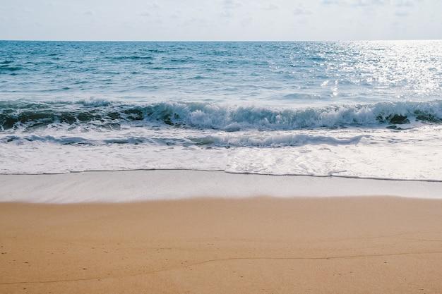 Вид на океанские волны на пляже
