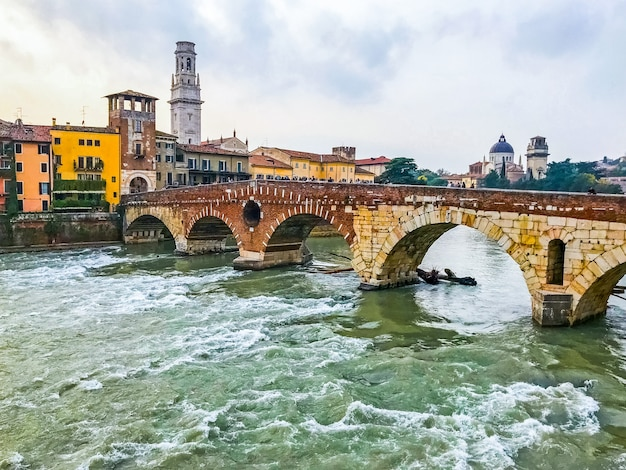 街のヴェローナの中心部にある古い歴史的な石の橋ポンテピエトラとアディジェ川の眺め